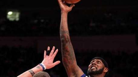 Larry Hughes #0 of the Knicks shoots over