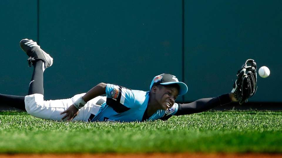 Curacao centerfielder I-Zion Mogen can't come up with