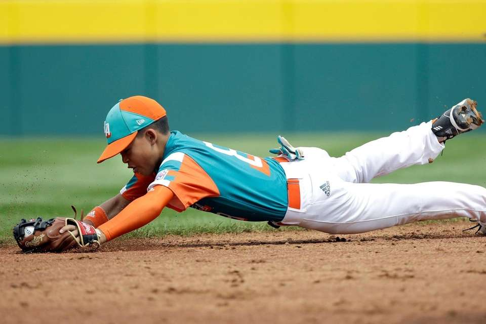 Venezuela's shortstop Jonathan Rangel (8) makes a diving