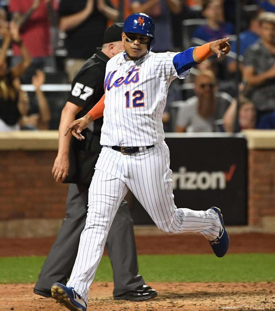 New York Mets' Juan Lagares points to Amed
