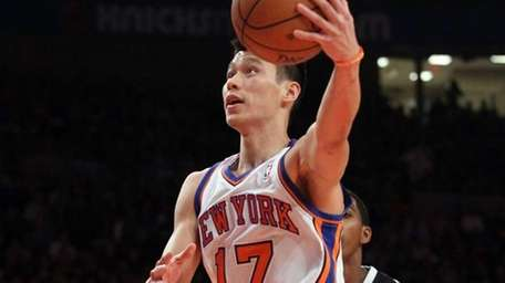 Jeremy Lin of the New York Knicks puts