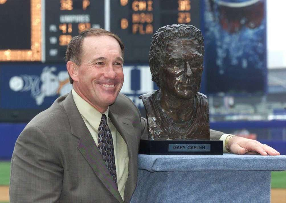 Former Met Gary Carter with a bust of