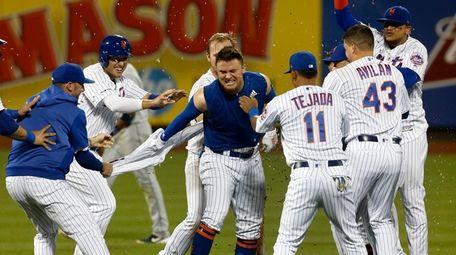 The Mets' J.D. Davis celebrates his 10th-inning walk-off