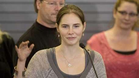 Amanda Knox waves to supporters following her release