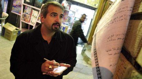 Anthony Shadid takes notes outside Ayatollah Sistani's office