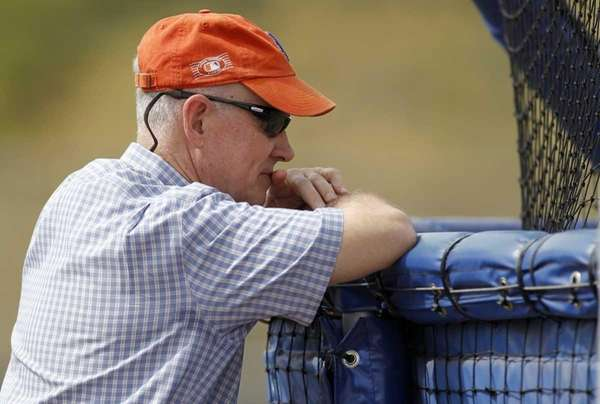 Mets general manager Sandy Alderson leans against a