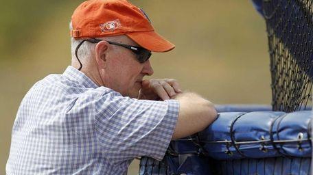 Mets general manager Sandy Alderson leans against a