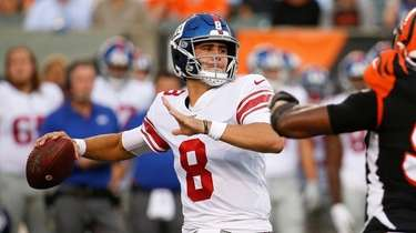 Daniel Jones looks for a receiver during Giants'