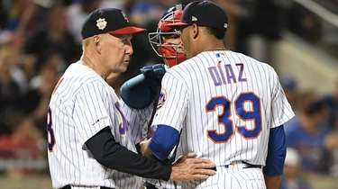 Mets pitching coach Phil Regan talks to relief