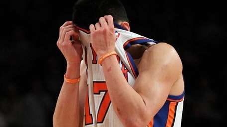 Jeremy Lin reacts late in the game against