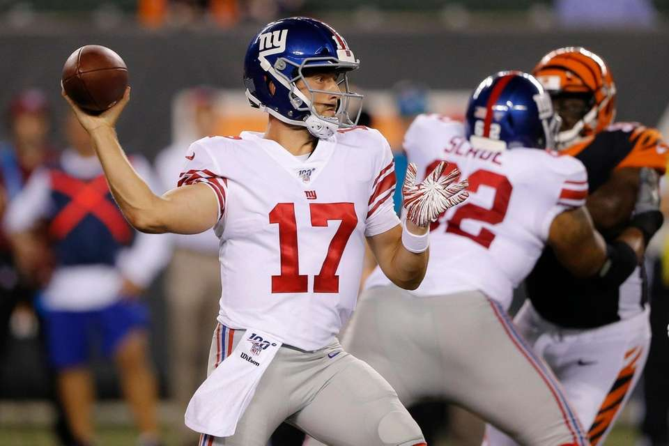 New York Giants quarterback Kyle Lauletta throws a