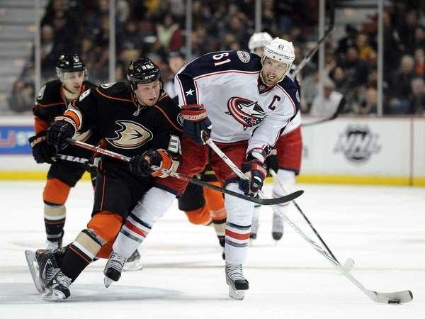 Rick Nash of the Columbus Blue Jackets fends