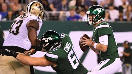 Jets quarterback Sam Darnold looks for an open