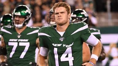 Jets quarterback Sam Darnold runs to the sideline