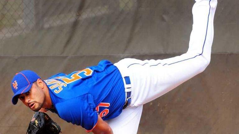 Mets pitcher Johan Santana throws a bullpen