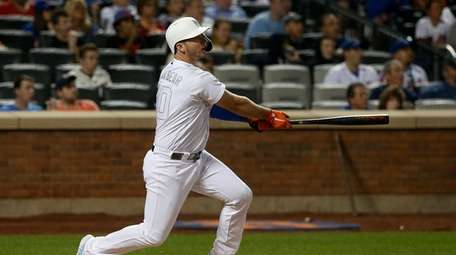 Pete Alonso hits a three-run homer in the