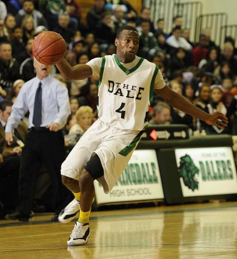 Farmingdale's Dalique Mingo controls the ball against Hicksville
