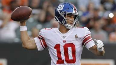 Giants quarterback Eli Manning throws the ball during