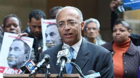 Democratic mayoral candidate Bill Thompson speaks at an