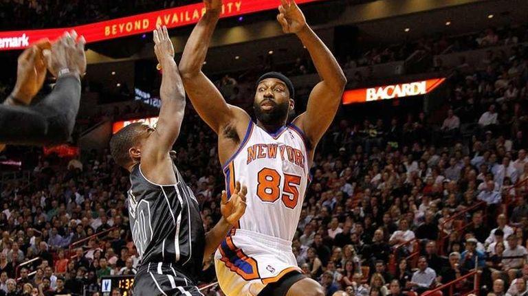 Knicks guard Baron Davis passes over Miami's Norris