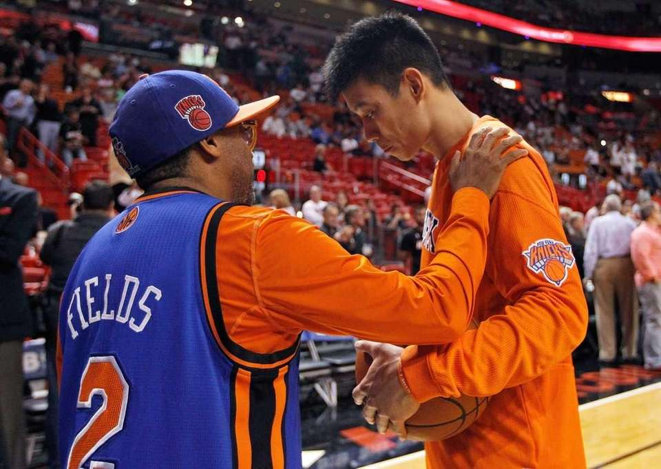 Jeremy Lin greets filmmaker Spike Lee during warm-ups.