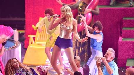 Taylor Swift opens the MTV Video Music Awards