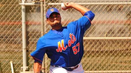 Mets starting pitcher Johan Santana throws a bullpen