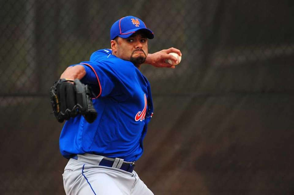 Mets pitcher Johan Santana throws a bullpen session