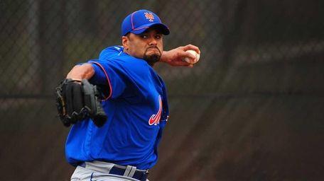 Mets pitcher Johan Santana throws a bullpen session