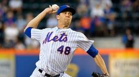 Mets starting pitcher Jacob deGrom pitching in the