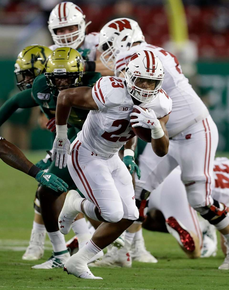 Wisconsin running back Jonathan Taylor (23) runs 37