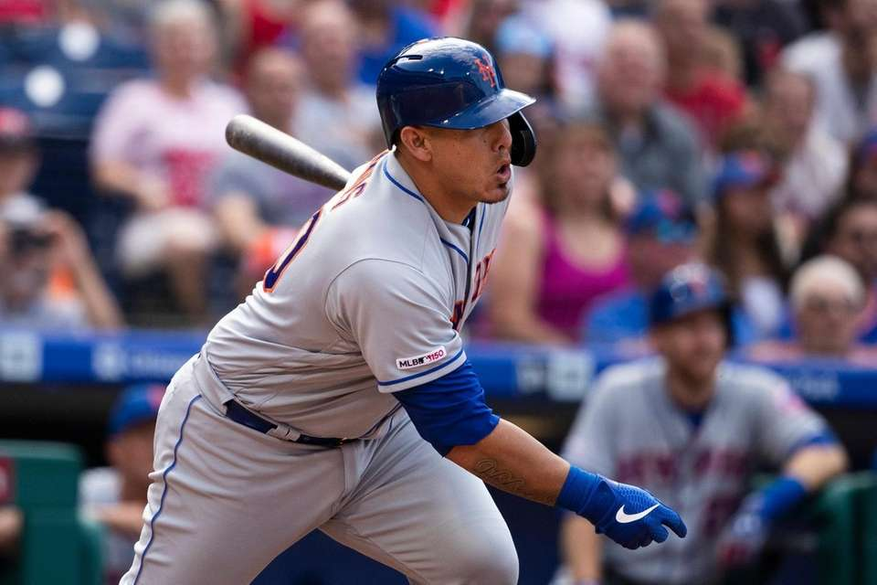 Mets' Wilson Ramos hits a single with one