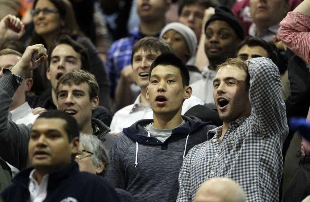 Jeremy Lin reacts with former Harvard teammates, Dan