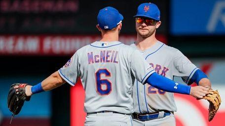New York Mets third baseman Jeff McNeil (L)