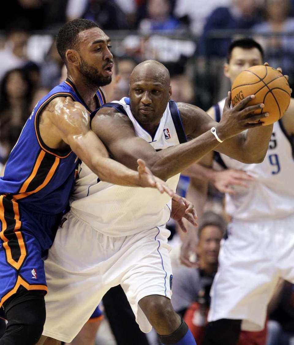 Dallas Mavericks' Lamar Odom, right, drives against New