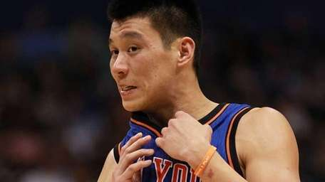 Jeremy Lin of the New York Knicks wipes