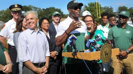 Former Jets player Tony Richardson speaks Tuesday at