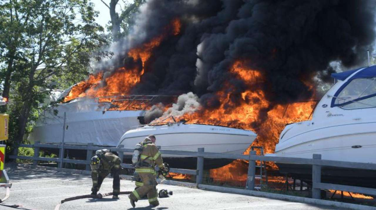 Several boats caught fire in the rear of