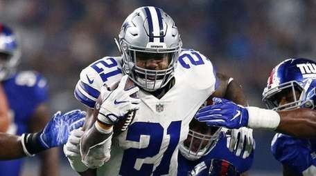 Cowboys running back Ezekiel Elliott runs the ball