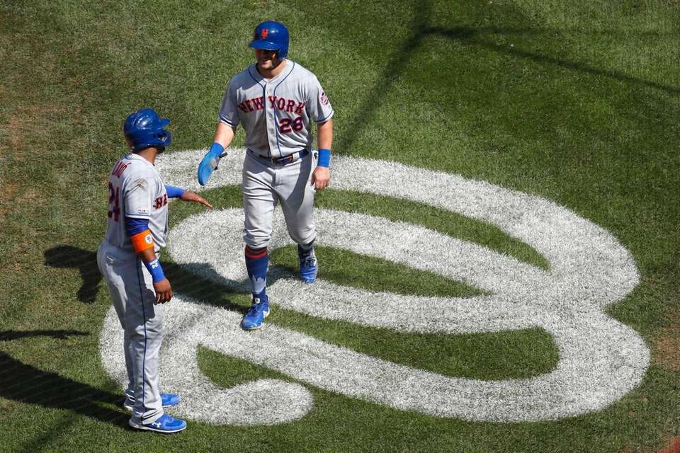 The Mets' J.D. Davis, right, and Robinson Cano