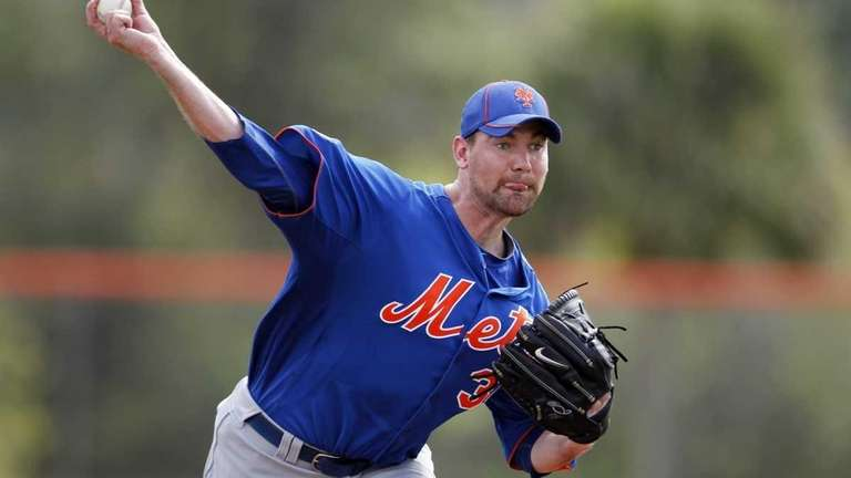 Mets starting pitcher Mike Pelfrey throws a live