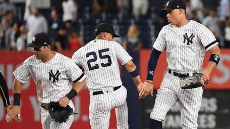 New York Yankees' Mike Tauchman, left, Gleyber Torres
