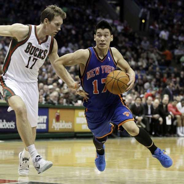New York Knicks' Jeremy Lin, right, tries to