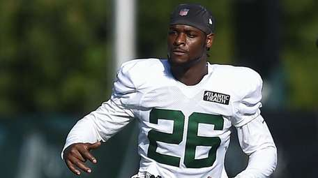 Jets running back Le'Veon Bell stretches during training
