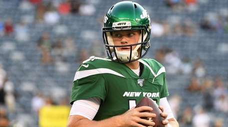 Jets quarterback Sam Darnold warms up before an