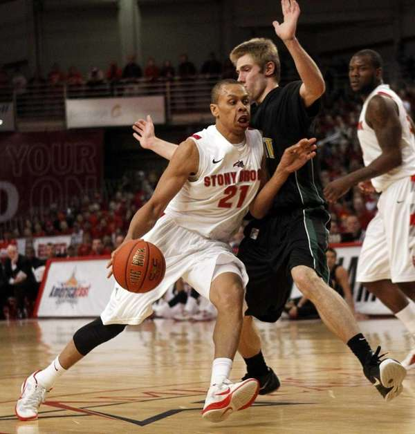 Stony Brook's Al Rapier (21) drives to the