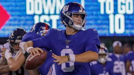 Giants quarterback Daniel Jones drops back to pass