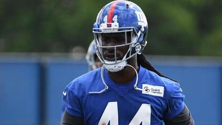 Giants linebacker Markus Golden warms up on the