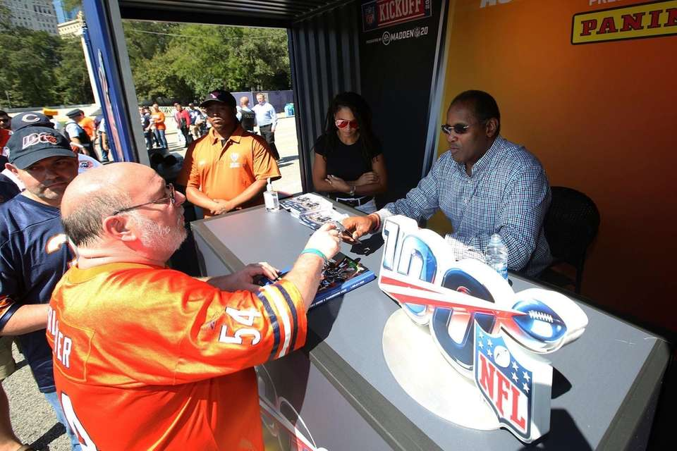 Former Chicago Bear great, Richard Dent signs autographs