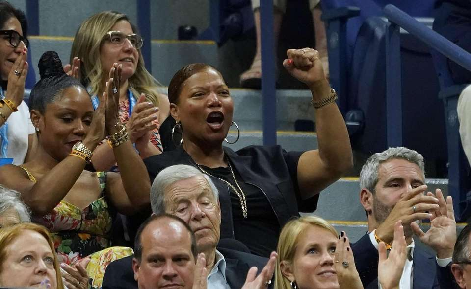 Queen Latifah watches Serena Williams vs. Elina Svitolina
